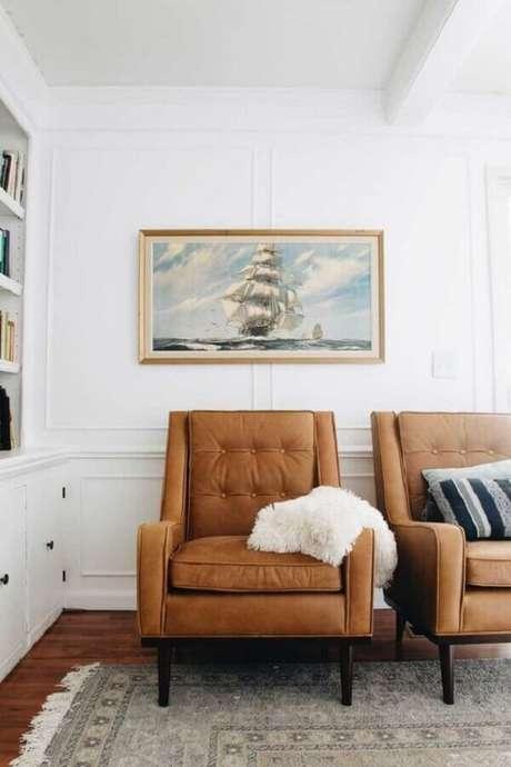 23. A poltrona marrom se destaca na decoração de ambientes neutros – Foto: Clark & Co. Homes