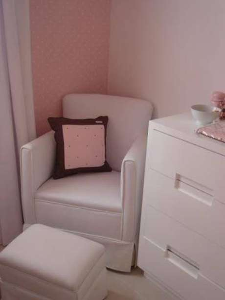 11. A poltrona simples pode ser aproveitada para decorar o ambiente ou para receber visitas. Projeto por Carla Teles Vaz.