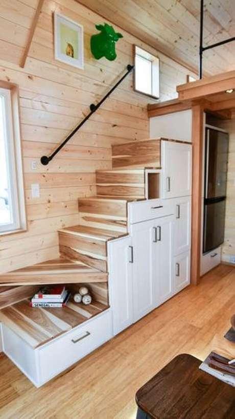 51. A escada planejada e funcional repleta de gavetas dão acesso a cama com mezanino. Fonte: Pinterest