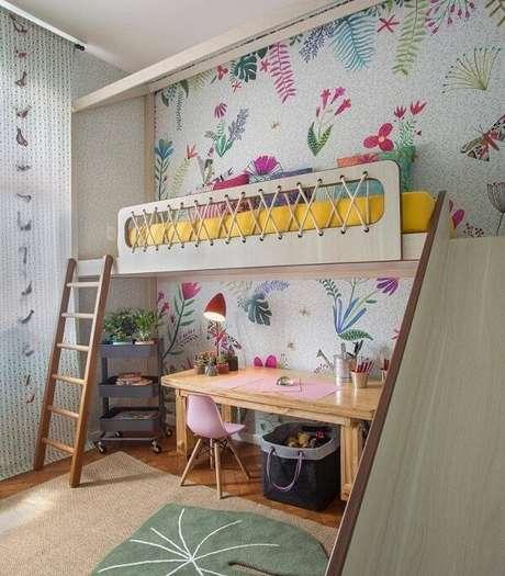 31. Escada de madeira e escorregador dão acesso a cama mezanino no quarto infantil. Fonte: @decorbabyandkids