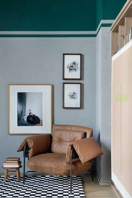 12. Que tal uma poltrona marrom moderna para a decoração do seu quarto? – Foto: Apartamento 203