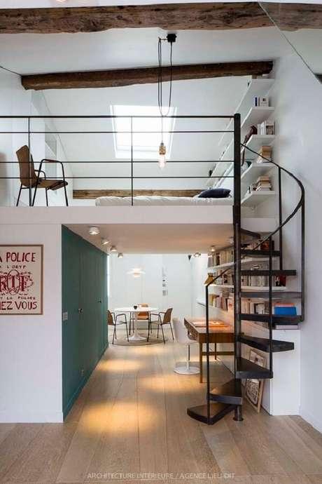 52. A escada em caracol é muito usada em projetos de cama mezanino. Fonte: Pinterest