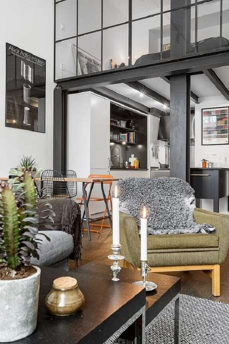 47. A parede de vidro que preserva a cama no mezanino integra sutilmente com a decoração da sala. Fonte: Pinterest