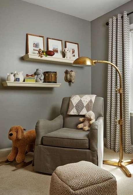 66. Quarto de bebê cinza decorado com luminária dourada e poltrona de amamentação – Foto: Houzz