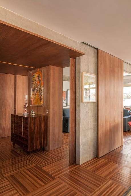 11. Sala moderna com porta de correr de madeira – Foto Archello
