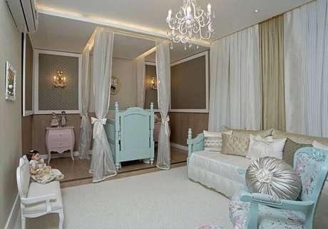 1. O quarto de menina com poltrona de amamentação provençal. Projeto por Edimara Carvalho.