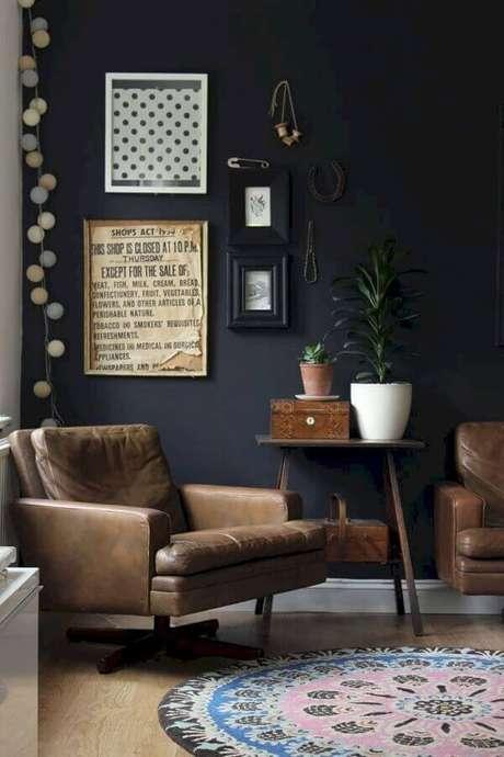 58. Sala decorada com parede preta e poltrona marrom escuro – Foto: Pinterest