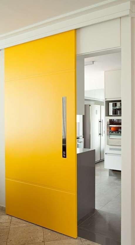 56. Porta de correr para sala na cor amarela – Foto Ecoville Portas e Janeals