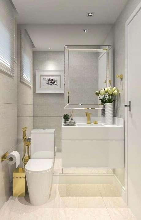 23. Cinza claro para decoração de banheiro social com detalhes dourados – Foto: Pinterest