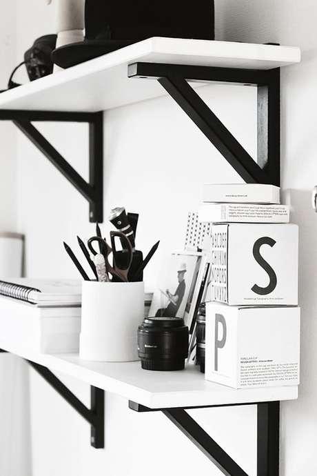 11. Prateleira branca com mão francesa preta – Foto Pinterest