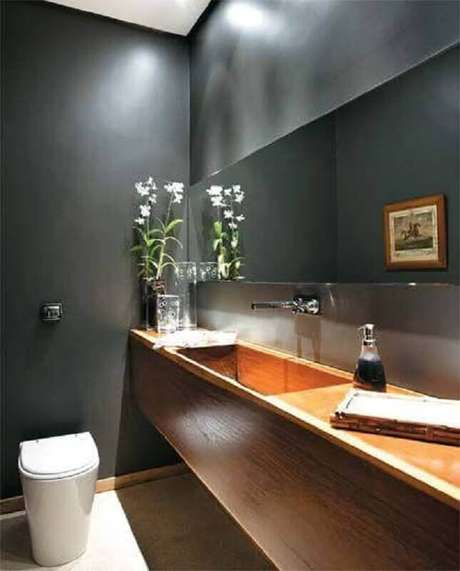 13. Cinza escuro para banheiro social moderno decorado com bancada de madeira – Foto: Home Fashion Trend