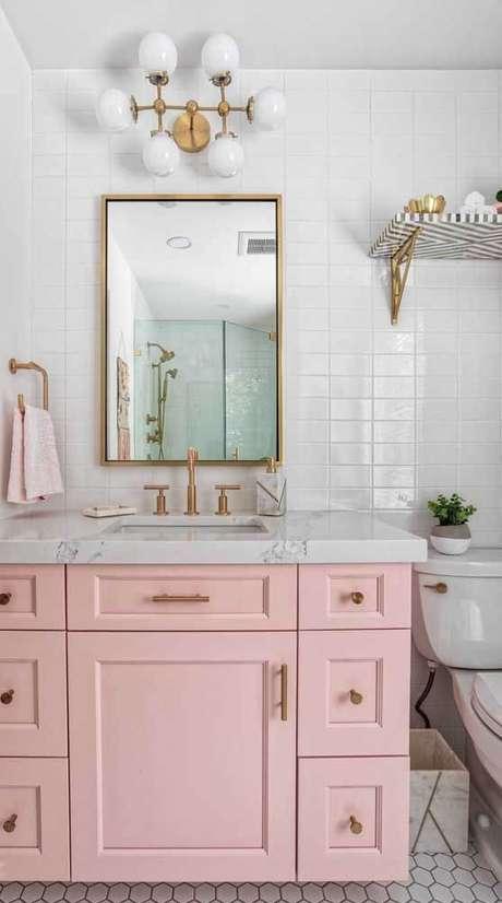 52. Banheiro com mão francesa dourada – Foto Pinterest