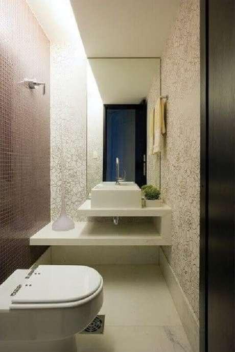 28. Decoração de banheiro social pequeno com bancada planejada – Foto: Pinterest