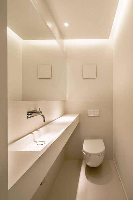 34. Decoração minimalista para banheiro social todo branco – Foto: Pinterest