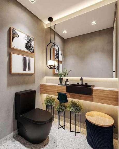 49. Parede de cimento queimado para banheiro social moderno com bancada de madeira – Foto: Arq Designer