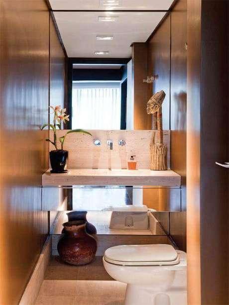 29. Banheiro social decorado com bancada suspensa espelhada – Foto: Pinterest