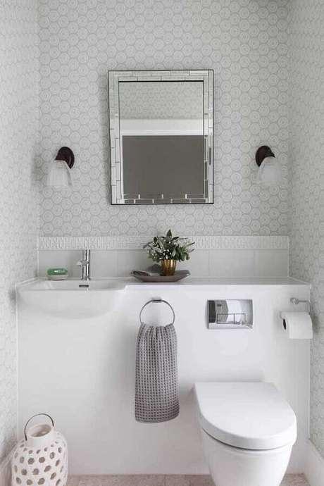 46. Papel de parede delicado para decoração de banheiro social todo branco – Foto: Pinterest