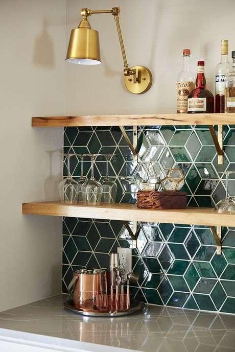 14. Decoração de cozinha com prateleira de madeira e mão francesa dourada – Foto Mercury Mosaics