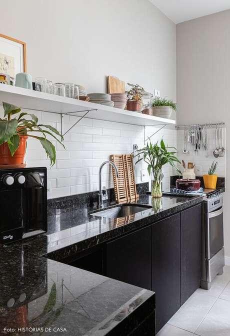 47. Cozinha com mão francesa preta e prateleira branca – Foto Historias de Casa
