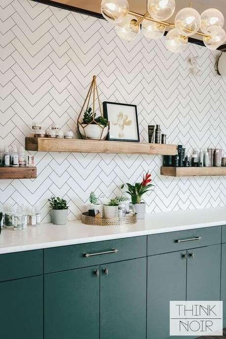 8. Cozinha com prateleira de madeira – Foto Arkpad