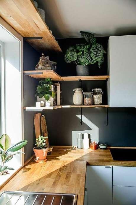 48. Cozinha com prateleira de canto e mão francesa preta – Foto Reciclar e decorar