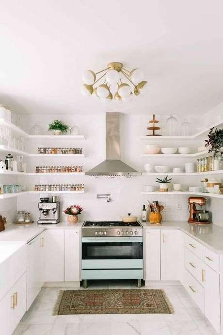 45. Cozinha branca com mão francesa – Foto A Beautiful Mess