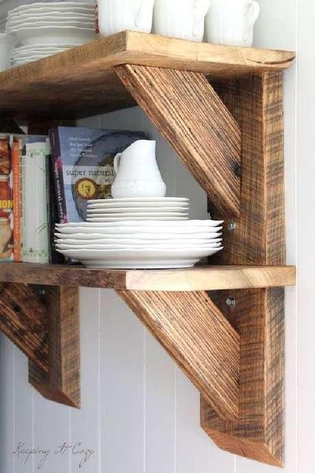 35. Prateleira com mão francesa de madeira – Foto Pinterest