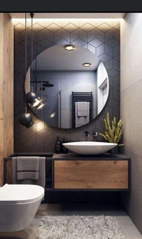 36. Banheiro social moderno decorado com luminária pendente e revestimento geométrico cinza chumbo – Foto: Pinterest