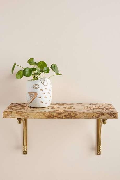 41. Prateleira de madeira com mão francesa dourada – Foto Anthropologie