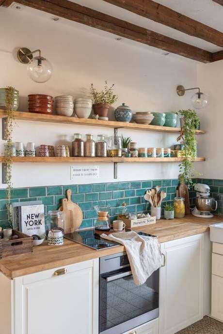 12. Cozinha moderna com prateleira de madeira e mão francesa -Foto Leelah Loves