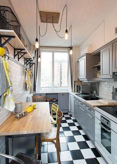 13. Cozinha pequena com prateleira e mão francesa industrial – Foto Simples Decoração