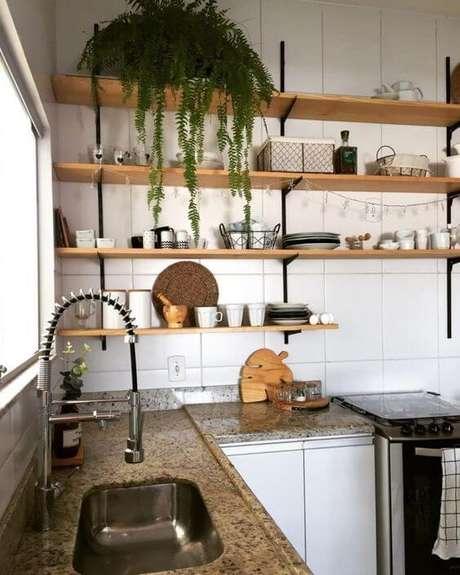 49. Cozinha com prateleiras com mão francesa preta – Foto Pinterest