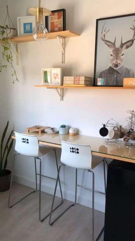 17. Home Office com prateleira e mão francesa – Foto Shopify