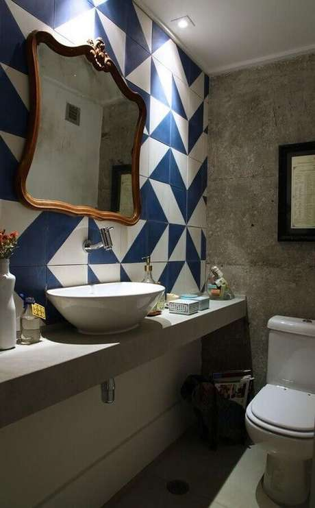 55. Revestimento azul e branco para decoração de banheiro social simples – Foto: Casa Casada
