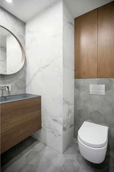 18. Banheiro social decorado com revestimento hexagonal cinza e mármore – Foto: Home Fashion Trend