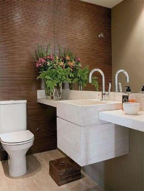 58. Parede com revestimento de madeira para decoração de banheiro social – Foto: Pinterest