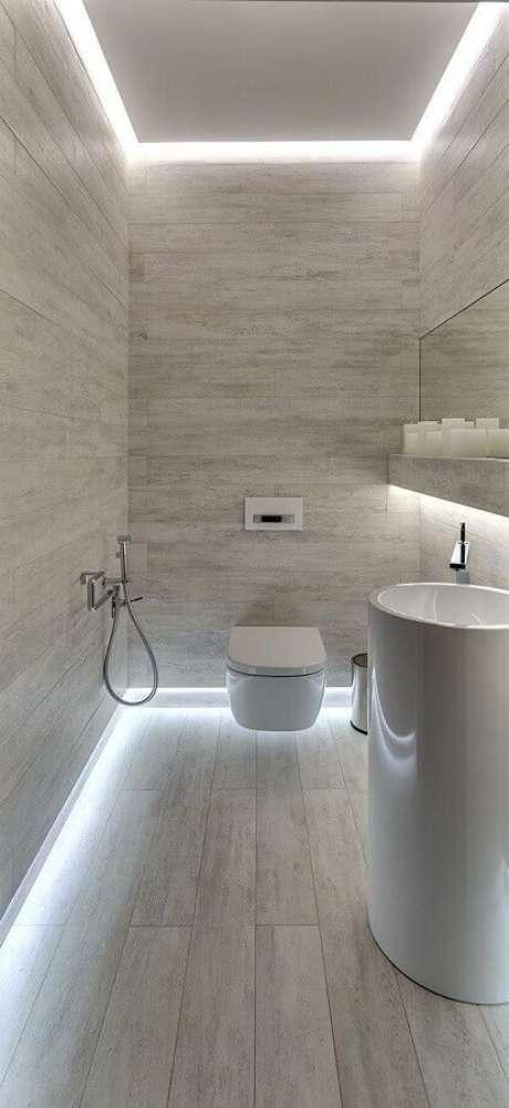 12. Banheiro social cinza claro decorado com fita de LED – Foto: Pinterest