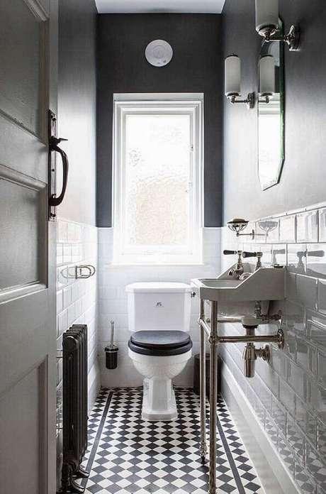 30. Decoração de banheiro social pequeno com piso preto e branco – Foto: Andreas Móveis