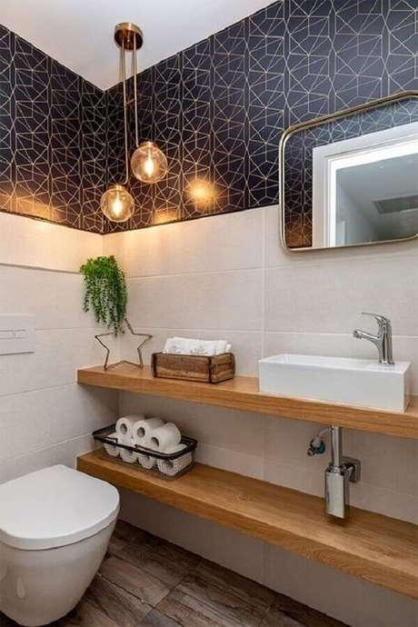 48. Papel de parede azul marinho para decoração de banheiro social simples com bancada de madeira – Foto: Histórias de Casa