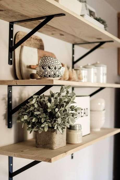 1. Prateleira de madeira com mão francesa simples – Foto White Picket Farm House