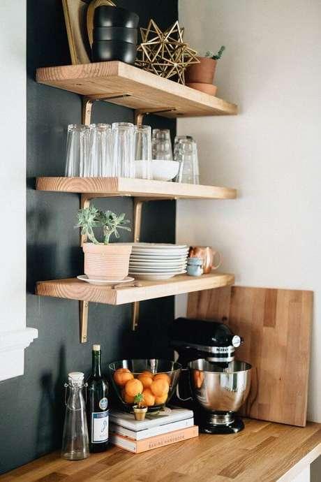 5. Cozinha organizada com prateleiras e mão francesa dourada – Foto We Are the Brauns