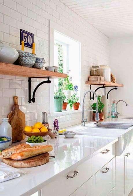 53. Cozinha com prateleira e mão francesa de ferro – Foto A Casa eh Sua