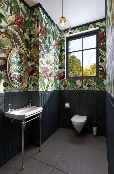 27. Papel de parede para banheiro social decorado com espelho redondo – Foto: Architecture Art Designs