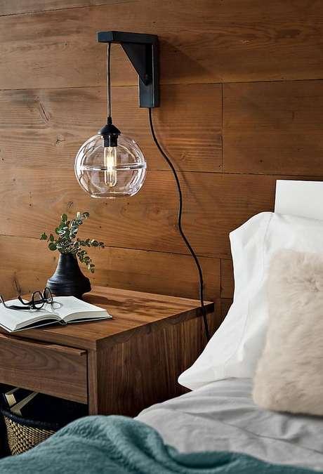 31. Mesa de cabeceira com mão francesa para iluminação – Foto Pinterest