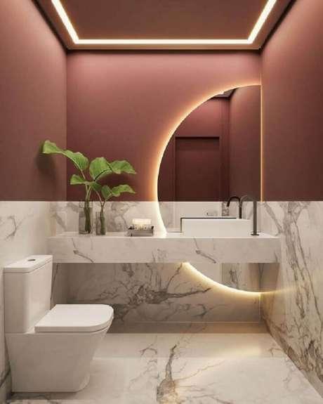 41. Espelho com luz para decoração de banheiro social com revestimento de mármore – Foto: Behance