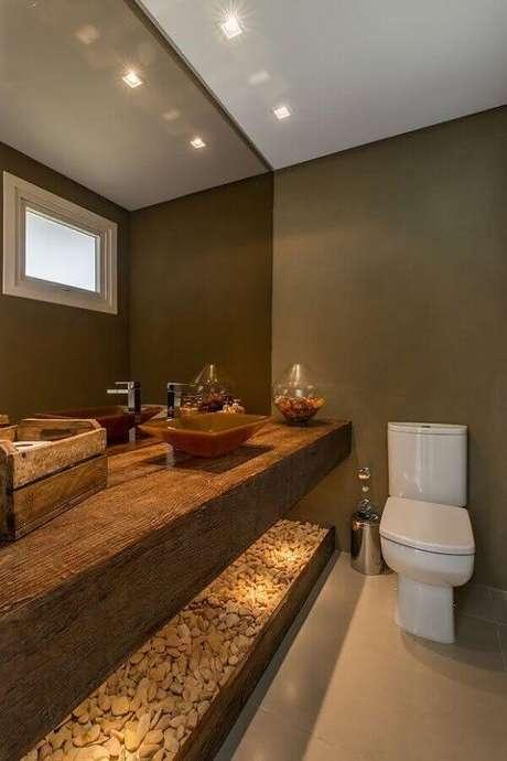 11. Bancada de madeira para decoração de banheiro social – Foto: Houzz