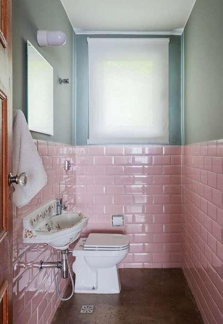 39. Banheiro social fes decorado com revestimento cor de rosa – Foto: Pinterest