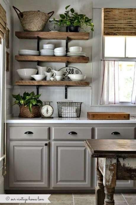 26. Mão francesa na prateleira da cozinha de madeira – Foto Unexpected Elegance