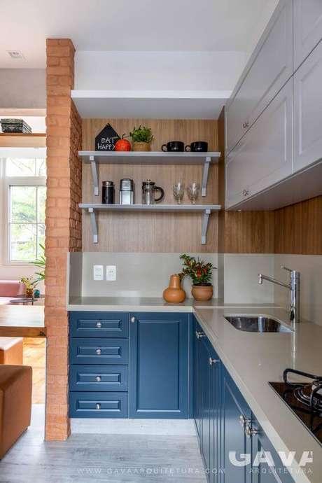 18. Mão francesa branca na cozinha azul – Foto Gava Arquitetura
