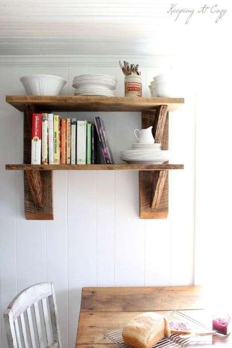 10. Cozinha com prateleira de madeira e mão francesa – Foto Pinterest